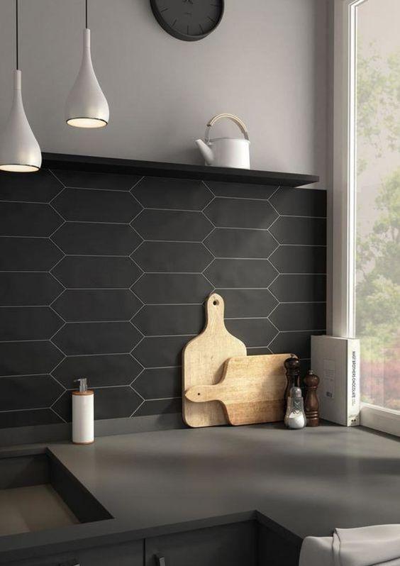 Rénovation de la cuisine avec un plan de travail gris, une crédence noire et des accessoires en bois