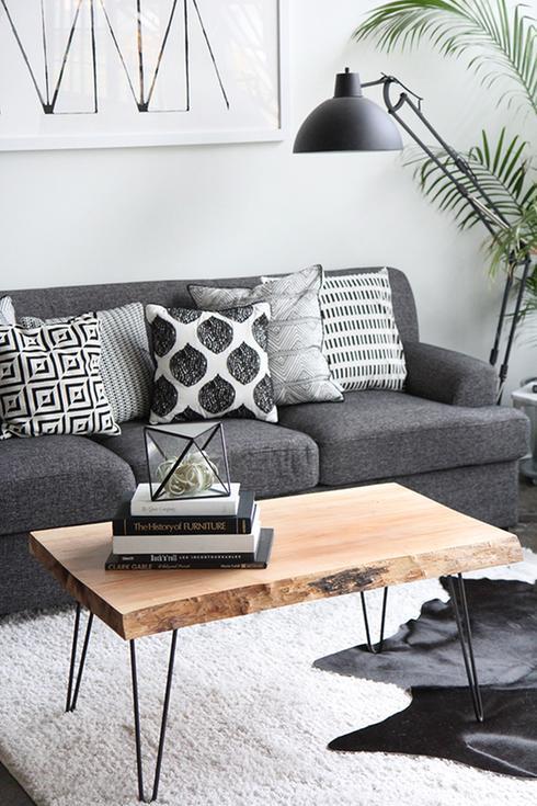 Rénovation du salon avec un canapé gris, une table en bois et une lampe noire