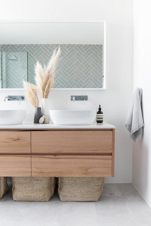 Rénovation de la salle d'eau avec un meuble vasque en bois et un carrelage gris