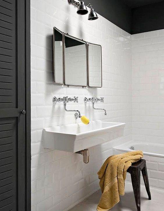 salle de bain d'écoliers avec un lavabo collectif