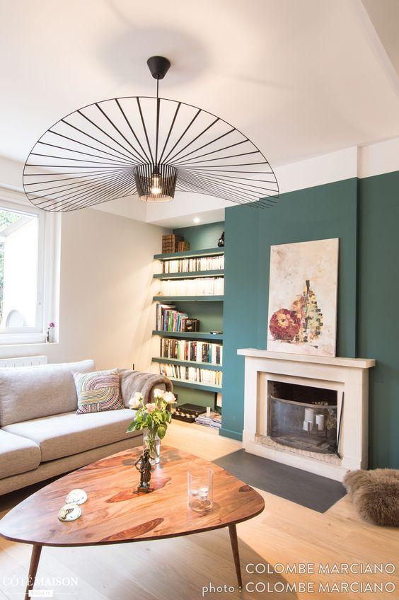 Glaz dans le salon où le vert sur mur du fond donne de la profondeur