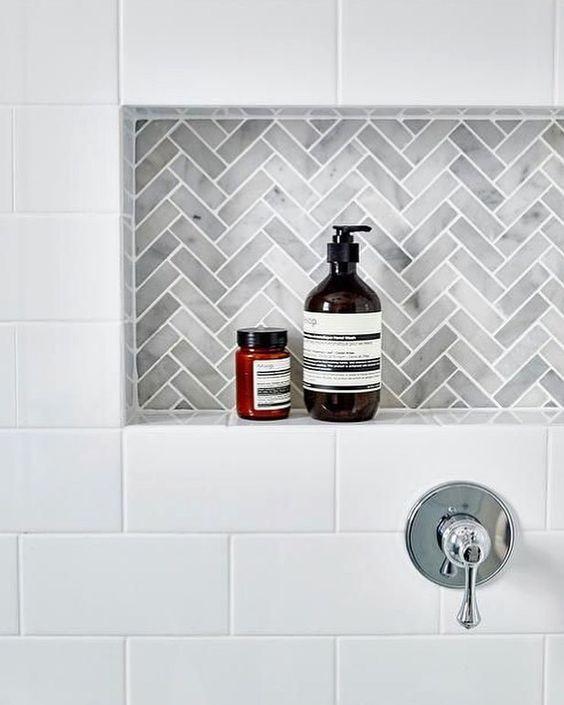 salle de bain d'écoliers avec une niche pour les bouteilles