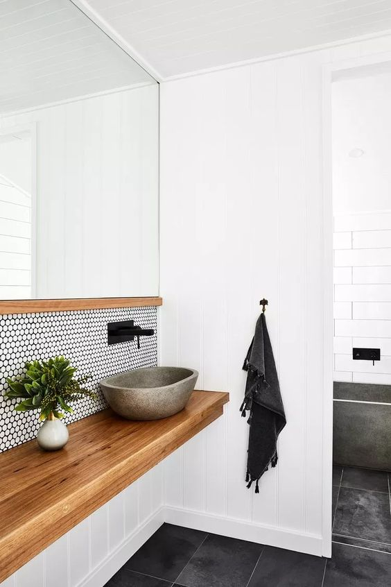 Petite salle de bain avec grand miroir