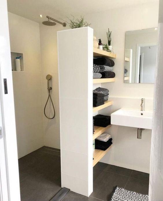 Petite salle de bain avec sol uniforme